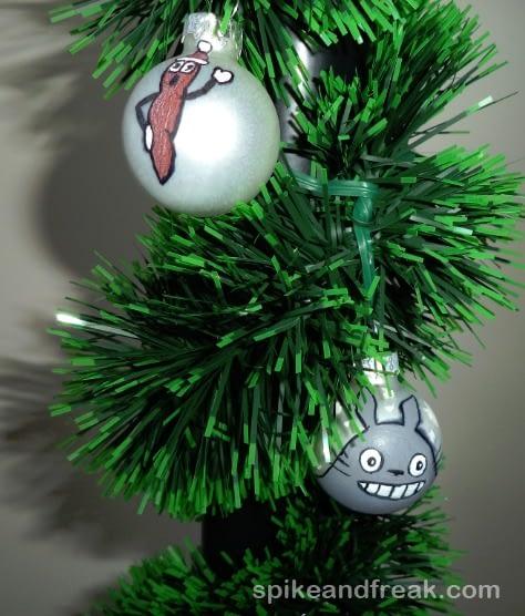 Para convertir las aburridas bolas navideñas en algo friki.